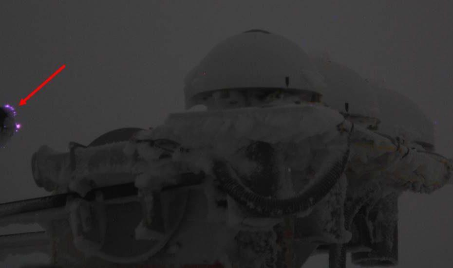 Elmsfeuer (rote Pfeile) auf Messgeräten des Sonnblick Observatoriums in Österreich.